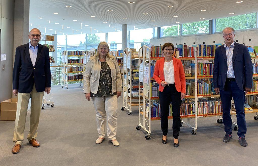 Sabine Kurtz MdL (3. v.l.) in der Bücherei Leinfelden